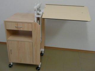 Nočný stolík s výklopnou doskou